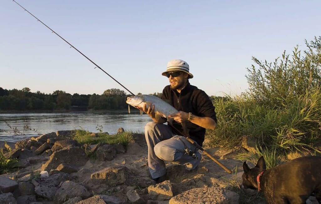 Рыбак поймал большого жереха