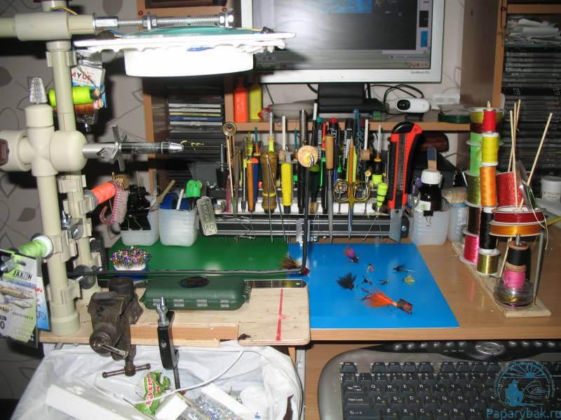 стол с процессом изготовления мушек