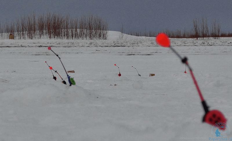 восемь комбайнов на льду