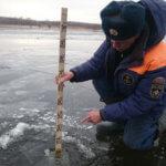 МЧС проверяет толщину льда