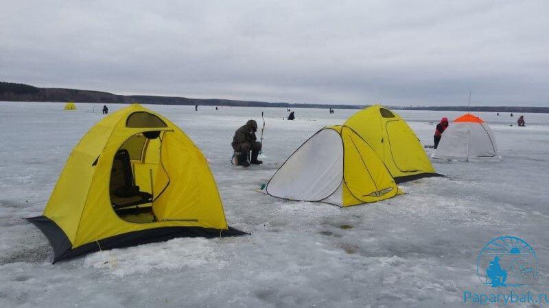 палатки на озере