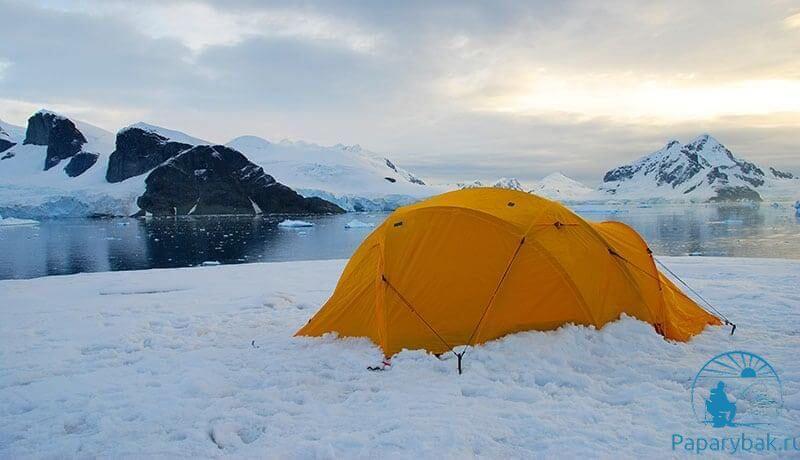 прижатая снегом палатка